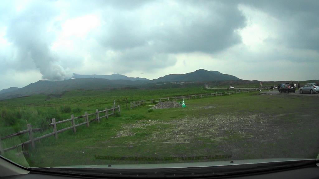 MAH00024 (1)アドベンチャートラック駐車場から阿蘇中岳眺望後阿蘇登山口駐車場(1).jpg